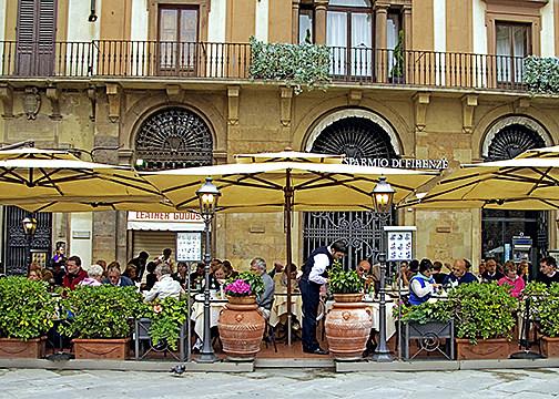 dining al fresco, Piazza della Signoria, Florence (Firenze), Tuscany, Italy